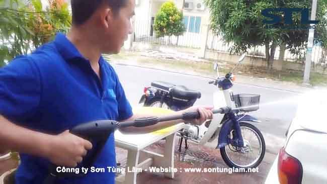 rửa xe sử dụng máy bơm cao áp