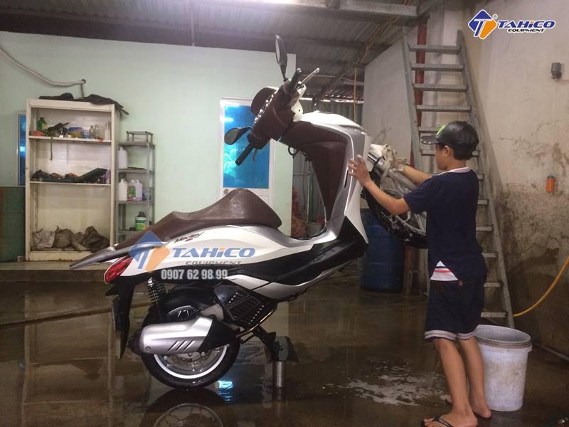 Rửa xe bằng ben nâng