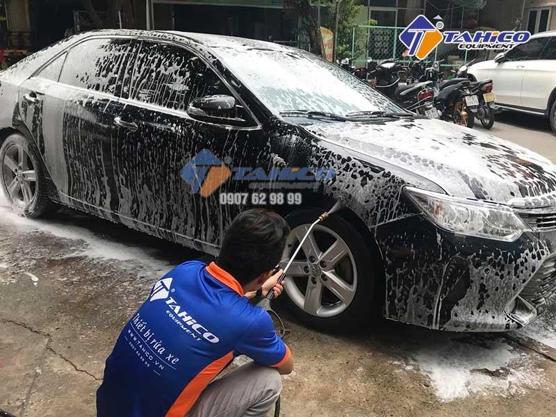 Rửa xe bằng ô tô bằng máy rửa xe