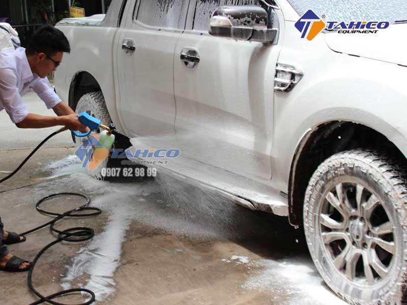 Khả năng tẩy rửa cao, dễ dàng bẻ gãy các liên kết bám dính chặt trên xe